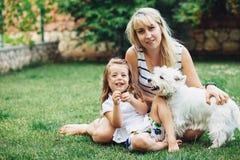 Familj som vilar med hunden arkivbild