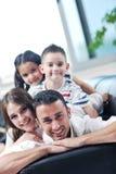 Familj som wathching den plana tv:n på modernt home inomhus Royaltyfri Bild