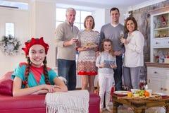 Familj Tid på jul Fotografering för Bildbyråer