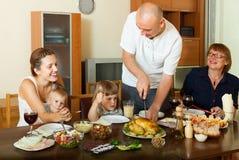 familj tillsammans över att äta middag tabellen Fotografering för Bildbyråer