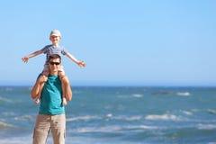 Familj tillsammans på stranden Royaltyfria Foton