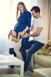 familj tre Gravid mamma, farsa och liten dotter royaltyfria bilder