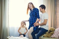 familj tre Gravid mamma, farsa och liten dotter royaltyfri foto