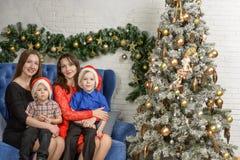 Familj två på julhelgdagsafton Arkivbild