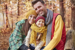 Familj under höst arkivbild