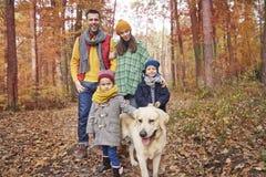 Familj under höst arkivfoto