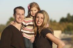 familj utomhus royaltyfri bild