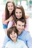 familj utomhus royaltyfri fotografi