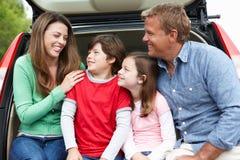 Familj utomhus med bilen Arkivfoton