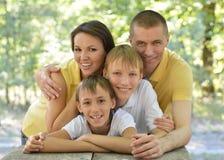 Familj utomhus på tabellen Arkivbild