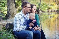 Familj vid floden royaltyfria bilder