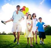 Familjaktivitet har picknick utomhus avkopplingbegreppet Royaltyfri Bild