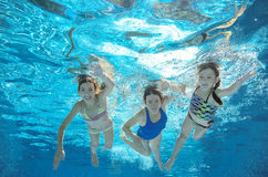Familjbadet i den undervattens- pölen eller havet, modern och barn har gyckel i vatten fotografering för bildbyråer