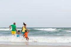 Familjbanhoppning i havet fotografering för bildbyråer