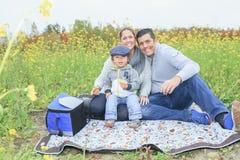 Familjbarn som har picknicken i höstsäsong Fotografering för Bildbyråer