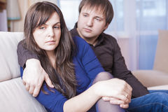 Familjbegrepp och idéer Ung Caucasian par i problem som har svårigheter och deprimerat Arkivfoton