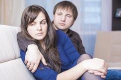 Familjbegrepp och idéer Unga Caucasian par som har förhållandesvårigheter och konflikter Fotografering för Bildbyråer