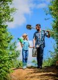 Familjbindning by f?r v?rlandssida fader och dotter p? rancho Sommarlantbruk bondeman med lilla flickan fotografering för bildbyråer