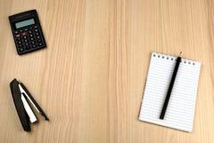 Familjbudget Räknemaskin notepad, blyertspenna, häftapparat Arkivbilder