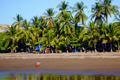 Familjdag på stranden Arkivfoton