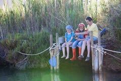 Familjdag som lär ut fiske royaltyfria foton