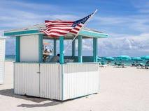 Familjeförsörjare för strandhanddukar royaltyfria bilder