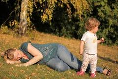 Familjeftermiddag i parkera Royaltyfria Bilder