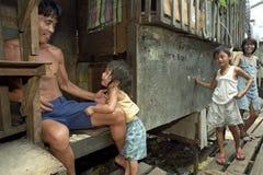 Familjeliv i slumkvarteret San Andres Bukid, Manila Arkivfoto