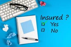 Familjeliv, lopp, bil- och haelthförsäkring, service och understödjande begrepp Affärsman- eller försäkringmedel Arkivbilder