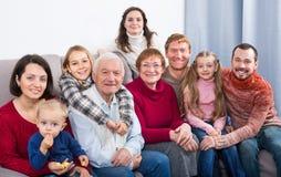 Familjemedlemmar som gör familjfotoet