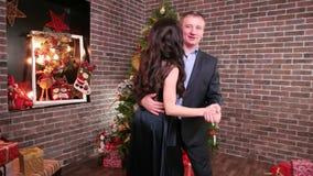 Familjen är härliga danser i huset, det romantiska ögonblicket för en make och frun som älskar pardans på ett parti, mannen stock video