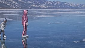 Familjen är skridskoåkningen på dagen Flickor som rider diagramet isskridskor i natur Moder och dotter som tillsammans in rider p arkivfilmer
