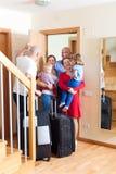 Familjen ankom för att besöka släktingar på dörren av hemmet Fotografering för Bildbyråer