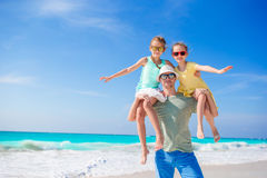Familjen av farsan och ungar som går på den vita tropiska stranden på den karibiska ön, har mycket gyckel Royaltyfria Bilder