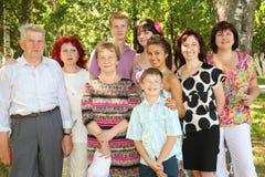 Familjen av nio folk poserar på parken Arkivbilder