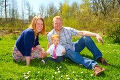 Familjen av tre på parkerar Fotografering för Bildbyråer