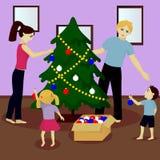 Familjen dekorerar julgranen Royaltyfri Bild