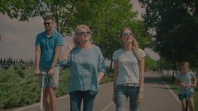Familjen för tre utveckling som kopplar av i sommar, parkerar arkivfilmer