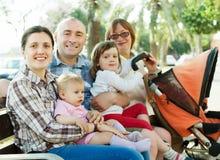 Familjen för tre utvecklingar på sommar parkerar Royaltyfri Bild