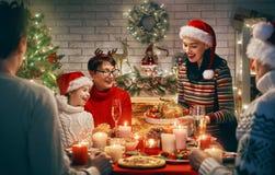 Familjen firar jul fotografering för bildbyråer