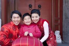 Familjen firar kinesiskt nytt år Royaltyfri Foto