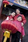 Familjen firar kinesiskt nytt år Fotografering för Bildbyråer