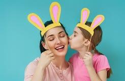 Familjen firar påsk arkivbild