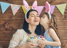 Familjen firar påsk arkivbilder