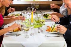 Familj med vuxen människaungar i restaurang royaltyfria bilder