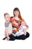 Familjen fostrar och barn arkivfoto
