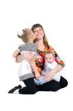 Familjen fostrar och barn arkivfoton