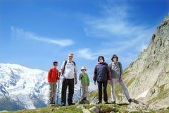 Familjen från fem personer blir mot massiven av Mont Blanc Royaltyfri Bild