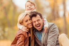 Familjen går höst arkivbilder