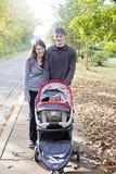 Familjen går i grannskap royaltyfria foton